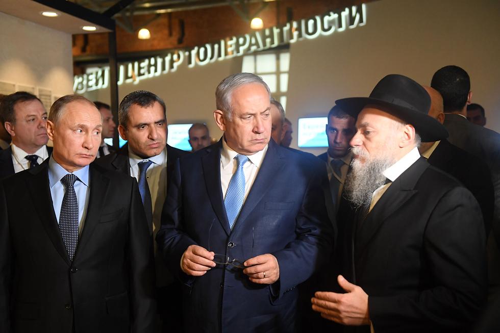 PM Netanyahu (center) and President Putin (L) tour the Jewish Museum and Tolerance Center (Photo: Kobi Gideon/GPO)