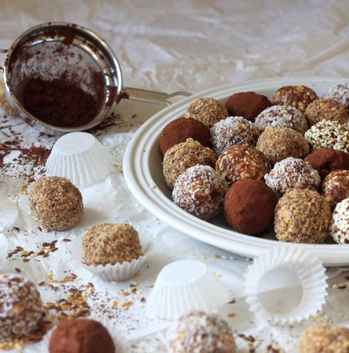 כדורי תמרים ופצפוצי קינואה (צילום: אורלי חרמש)
