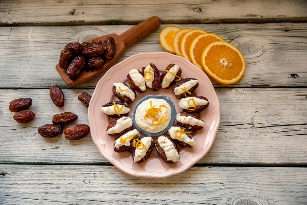 תמרים ממולאים בגבינות ואגוזים בניחוח תפוזים (צילום: אורן כהן)