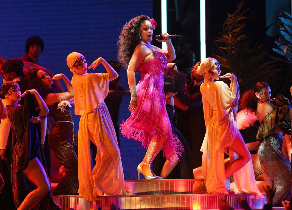 שמלה משובצת 275 אלף קריסטלים של המעצב אדם סלמן. ריהאנה על הבמה (צילום: AP)
