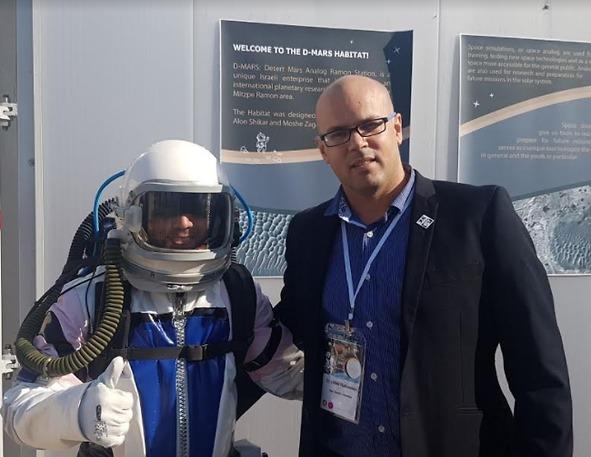 """ד""""ר הילל רובינשטיין עם איש הצוות, המהנדס יובל פורת, הלבוש בבגדי אסטרונאוט (צילום: יח""""צ)"""