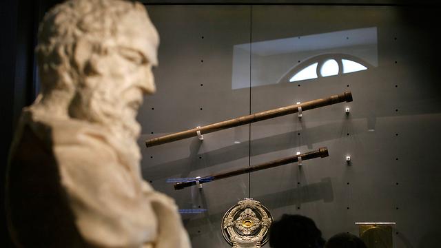 פסל של גלילאו במוזיאון בפירנצה (צילום: רויטרס) (צילום: רויטרס)