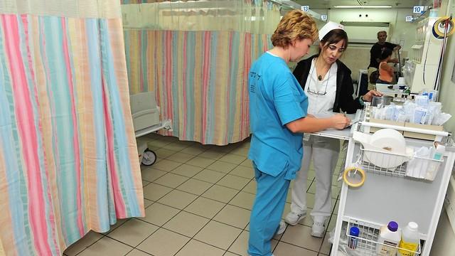 רופאה בכחול, אחות בלבן. בית החולים ברזילי (צילום: shutterstock) (צילום: shutterstock)