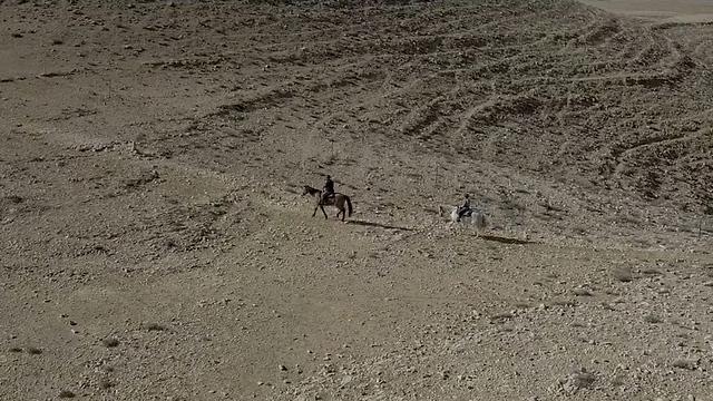 רכיבה על סוסים במדבר ()