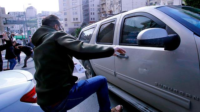 Нападение на автомобиль консульства США. Фото: AFP