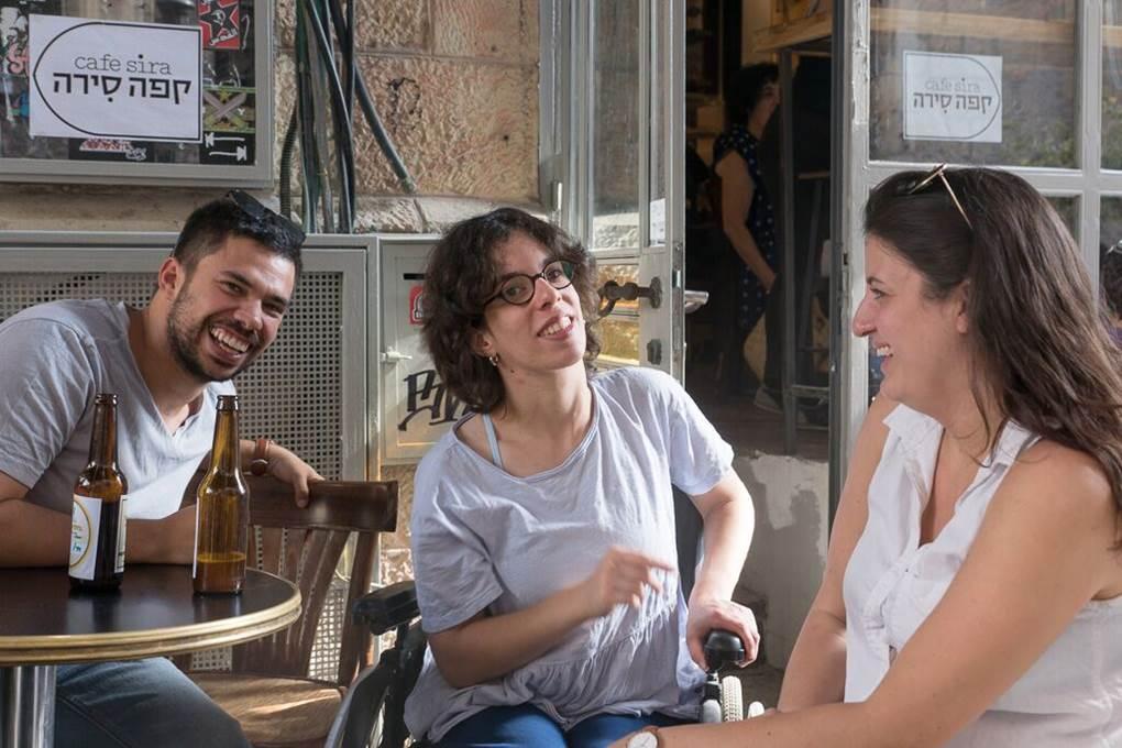 הכי כיף לבלות עם חברים על בירה חברתית (צילום: מעוז ויסטוך)