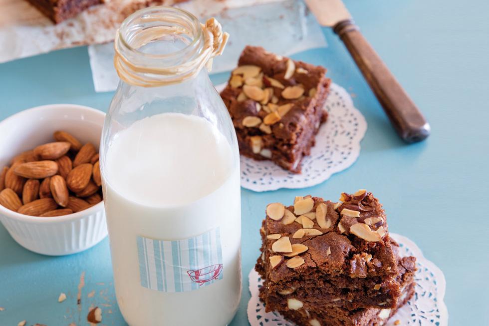 בראוניז שוקולד ושקדים  (צילום: יוסי סליס, סגנון: נטשה חיימוביץ')