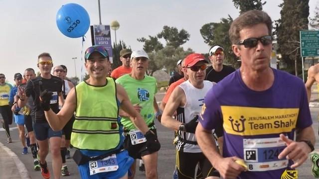 וסט זוהר, מספר ובלון: כך תזהו את הפייסרים. בתמונה: הפייסר אביגדור (וייג) בוק. צילום: מרתון ירושלים  ( Marcelo Saraiva) ( Marcelo Saraiva)