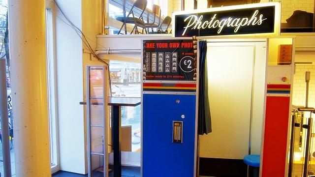 מזכרת מהניינטיז: תא הצילום בכניסה לחנות (צילום: עידן חמו) (צילום: עידן חמו)