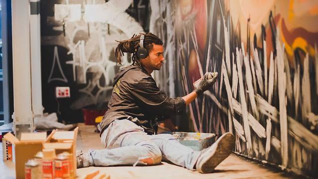 אחד מהאמנים שמציגים בתערוכת הגרפיטי (צילום: בן קאופמן) (צילום: בן קאופמן)