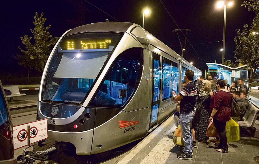 הרכבת הקלה בירושלים. 60 בקרים עובדים בחברה, והם מתחלפים כמו בסרט נע.
