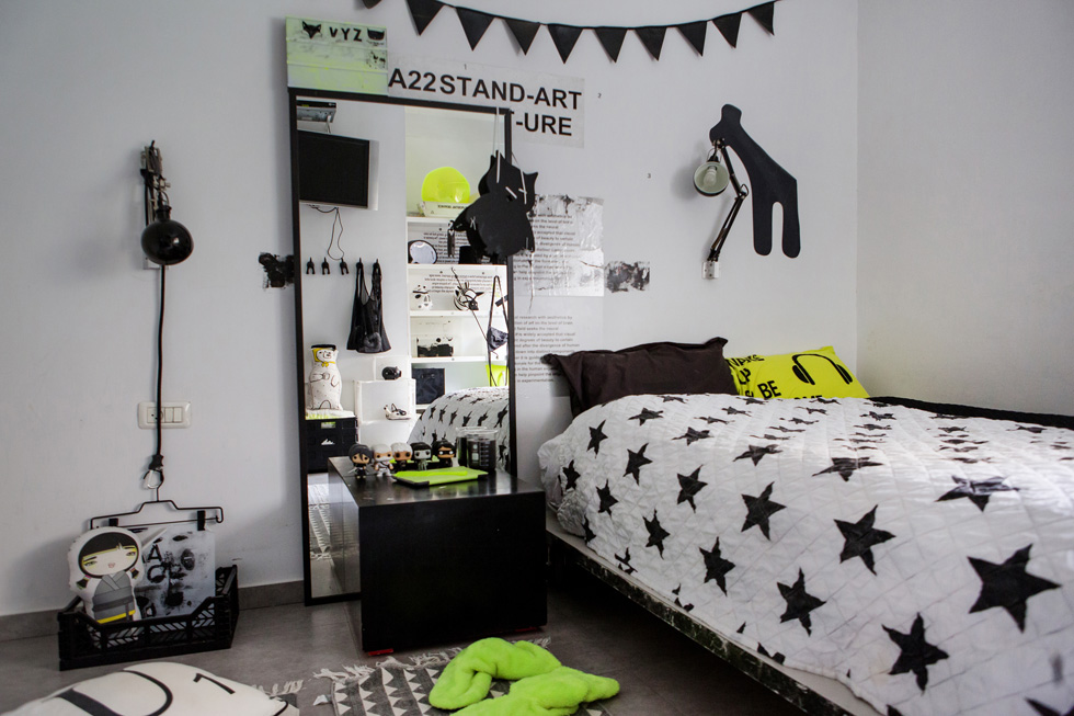 על 4 צבעים דיברה הדירה (כולל חדר השינה): שחור, לבן, אפור וצהוב זרחן. עיצוב: ענת צפריר. לחצו לכתבה המלאה (צילום: שירן כרמל)
