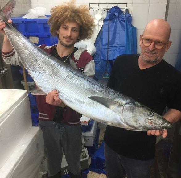 מוסי פנצטר (מימין) וממשיך דרכו בחנות הדגים
