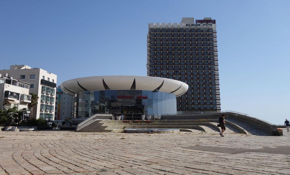 זהו המבנה במצבו הנוכחי: מועדון חשפנות באחד המקומות המרכזיים ביותר בישראל. הכיכר עצמה - מוזנחת (צילום: מיכאל יעקובסון)