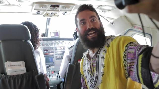 סלפי בטיסת פנים בקניה (צילום: מתוך עמוד היוטיוב של Fly Guy)
