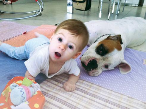"""""""ילדים עם תסמונת ליי גדלים להיות מבודדים חברתית. היקום עשה איתה חסד גדול בכך שהיא נפטרה בתוך חצי שנה"""". רני והכלבה מטילדה (צילום: אלבום פרטי)"""