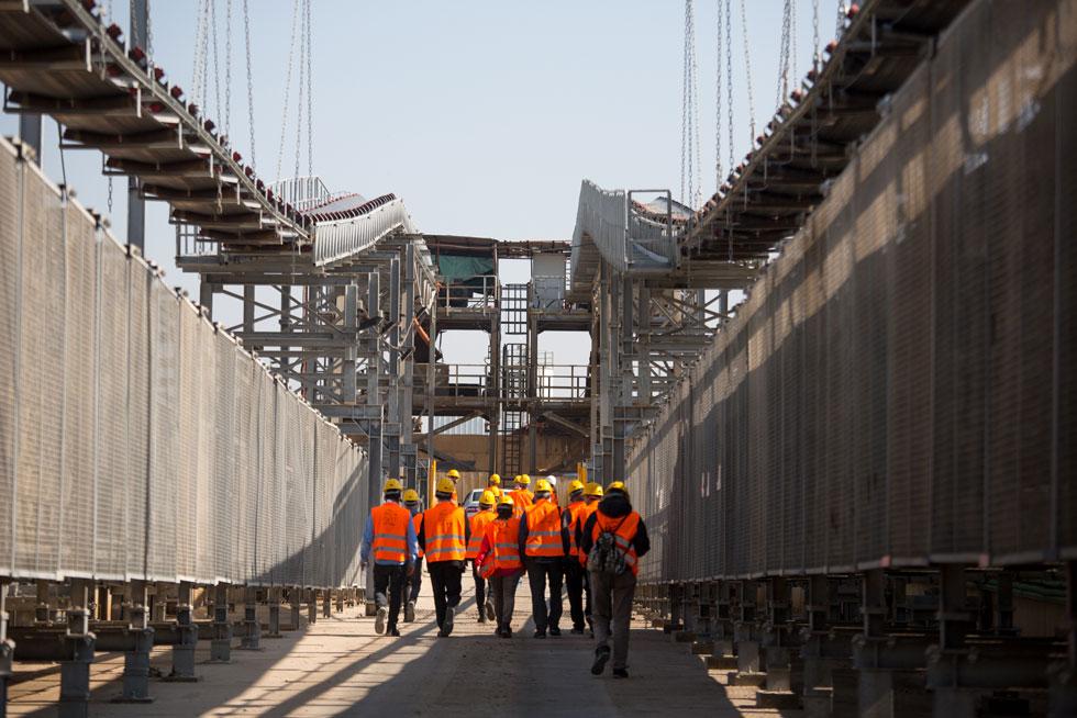 עובדים צועדים בתווך. האורך הכולל הוא 24 ק''מ של מנהרות (צילום: דור נבו)