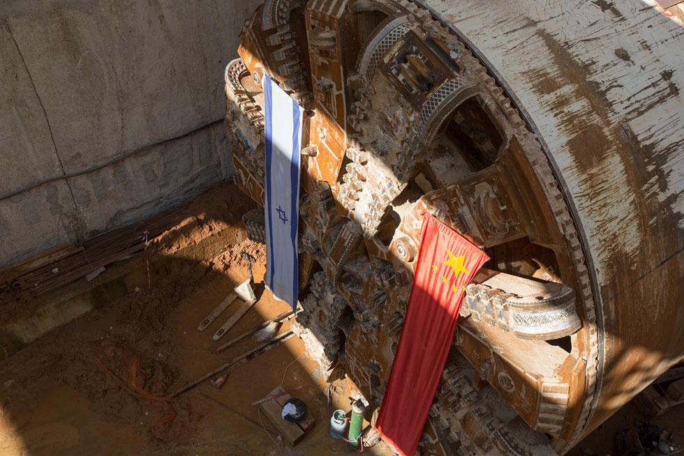 ראש המכונה הוא רק הקצה שלה: 115 מטרים אורך בסך הכל, ושווי של 40-50 מיליון אירו. 6 כאלה משתתפות בחפירה (צילום: דור נבו)