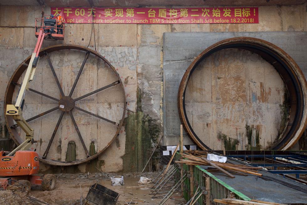 השפה מובנת לעובדים: ''שנסו מותניים!'' נכתב בסינית (צילום: דור נבו)