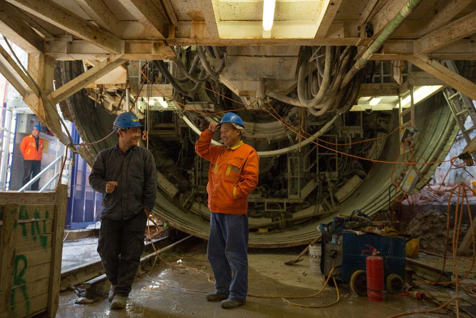 החלקים נערמים בשטח ה''דיפו'', מרכז התפעול הסמוך לתחנת קרית אריה, ויוצאות בכלי רכב מיוחד (זחל) שמותאם לנסיעה במנהרה (צילום: דור נבו)