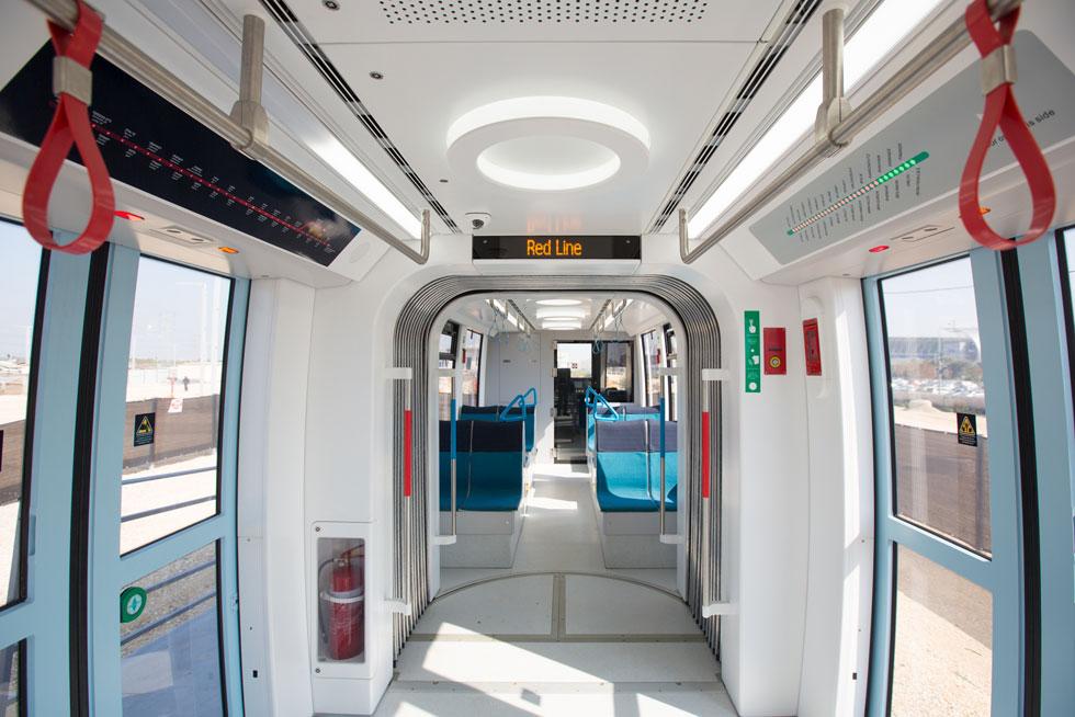 קרון הדגמה של הרכבת הקלה חונה ב''דיפו'', אחרי שהוצג בשדרות רוטשילד בת''א לא מכבר (צילום: דור נבו)