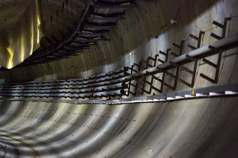 גומי וחומר מיוחד אמורים לאטום את המנהרות, שבהן יעברו הרכבות, בפני מי תהום (צילום: דור נבו)