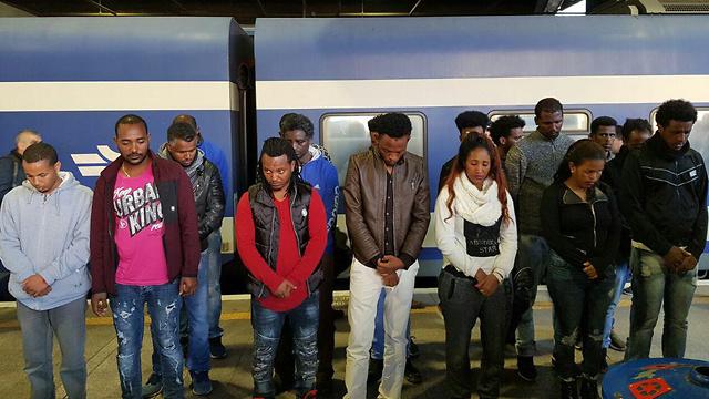 """המיצג ברכבת. """"רוצים להעיר את הציבור"""" (צילום: """"עוצרים את הגירוש"""") (צילום:"""