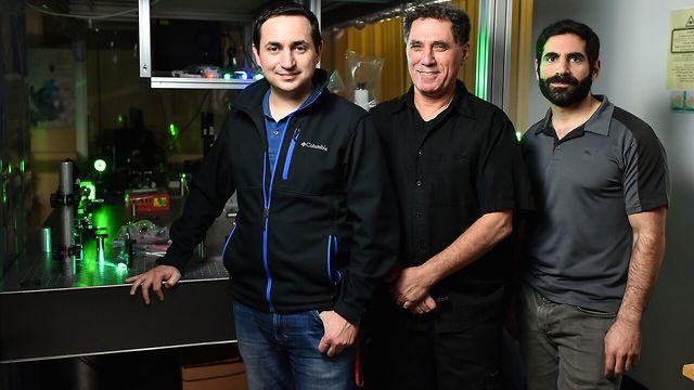 """(מימין לשמאל) גל הררי, פרופ'-מחקר מוטי שגב וד""""ר מיגל בנדרס (צילום: דוברות הטכניון) (צילום: דוברות הטכניון)"""