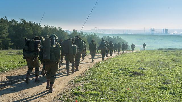"""""""האורות באופק לא יהיו של יישובים ישראליים"""". תרגיל כוח הצנחנים, השבוע (צילום: דובר צה""""ל)"""