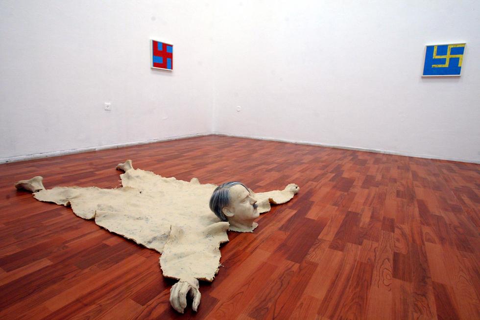 """יצירתו """"חדר ציד של נאצי"""" שהוצגה בגלריה של המרכז לאמנות עכשווית בתל אביב (צילום: גלעד קוולרצ'יק) (צילום: גלעד קוולרצ'יק)"""