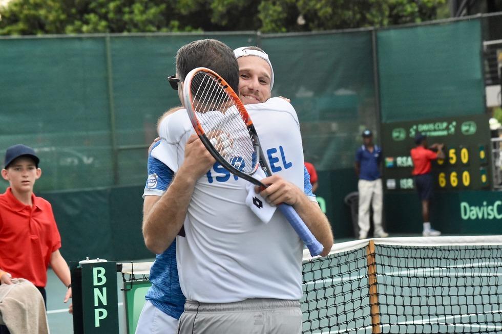 לשם חוגג עם הראל לוי (צילום: עופרה פרידמן, איגוד הטניס) (צילום: עופרה פרידמן, איגוד הטניס)