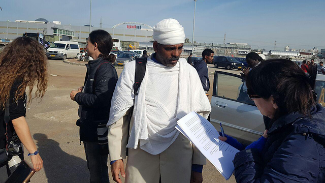 A migrant receiving notification of forthcoming expulsion