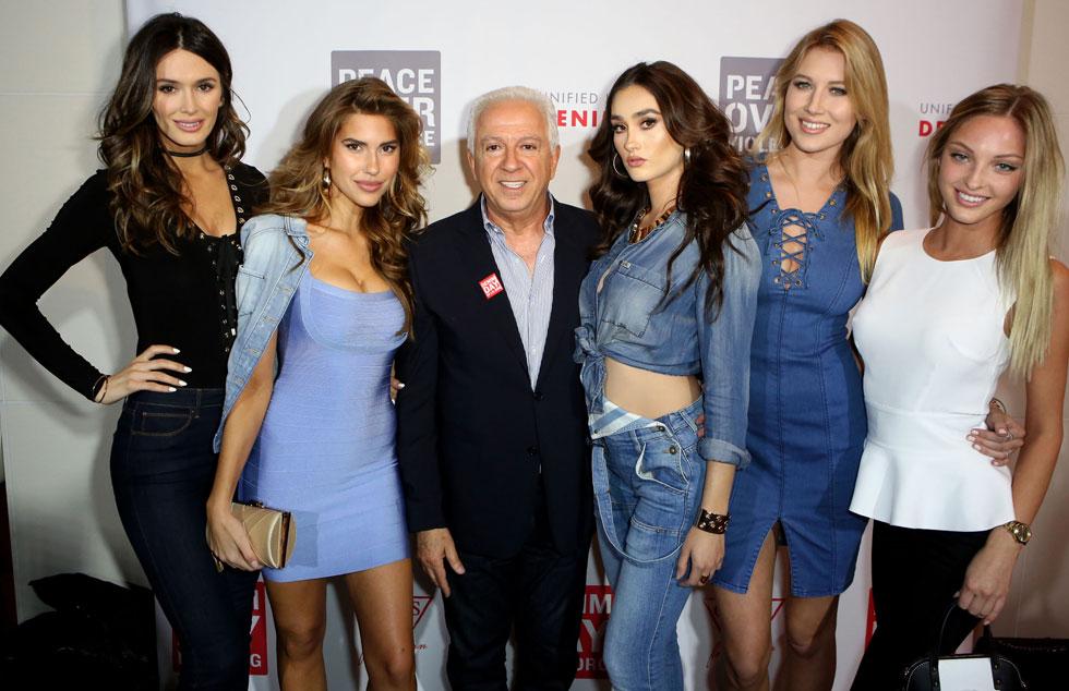 פול מרציאנו, המייסד והבעלים של חברת האופנה Guess, מוקף בדוגמניות באירוע של המותג (צילום: Gettyimages)