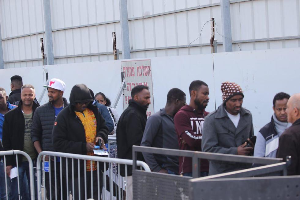 African migrants line up to apply for asylum (Photo: Motti Kimchi)