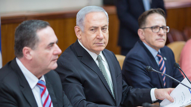 PM Netanyahu (center) asked the government to examine Minister Katz (L)'s plan to construct an artificial island off the Gaza coast (Photo: Amir Salman)