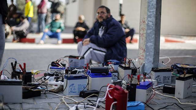 Gazans getting electricity from public infrastructure  (Photo: MCT)