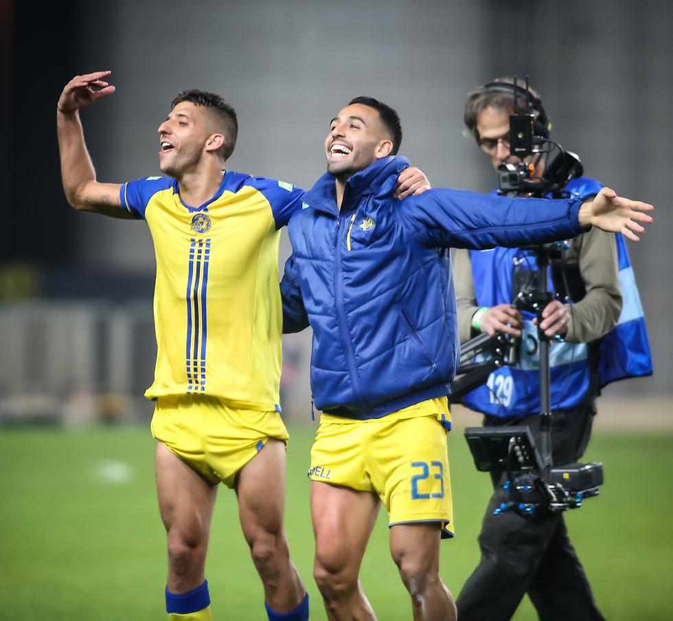 מיכה חוגג עם גולסה אחרי הניצחון במשחק העונה (צילום: עוז מועלם)