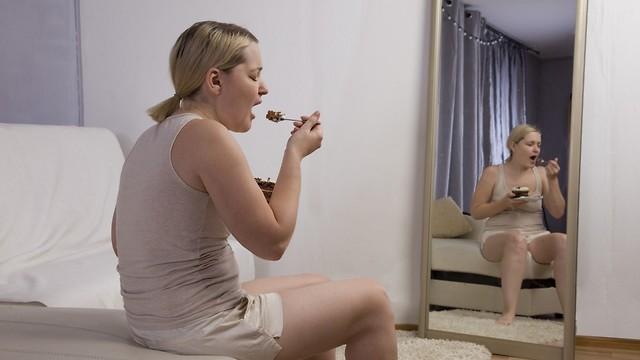 לא קשורה לרעב. אכילה רגשית (צילום: shutterstock) (צילום: shutterstock)