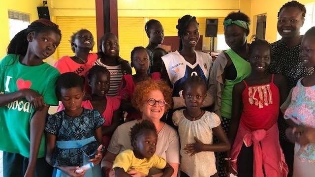 עיני הילדים המחפשות תקווה. ארזה והילדים באוגנדה (צילום: ארזה פרוכטר) (צילום: ארזה פרוכטר)