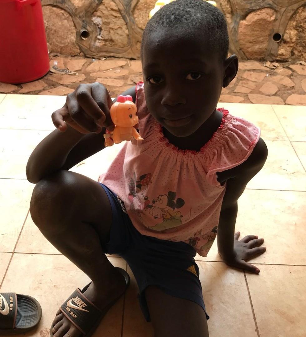 מטען כבד הנסחב שנים על כתפיהם. הילדים באוגנדה (צילום: ארזה פרוכטר) (צילום: ארזה פרוכטר)