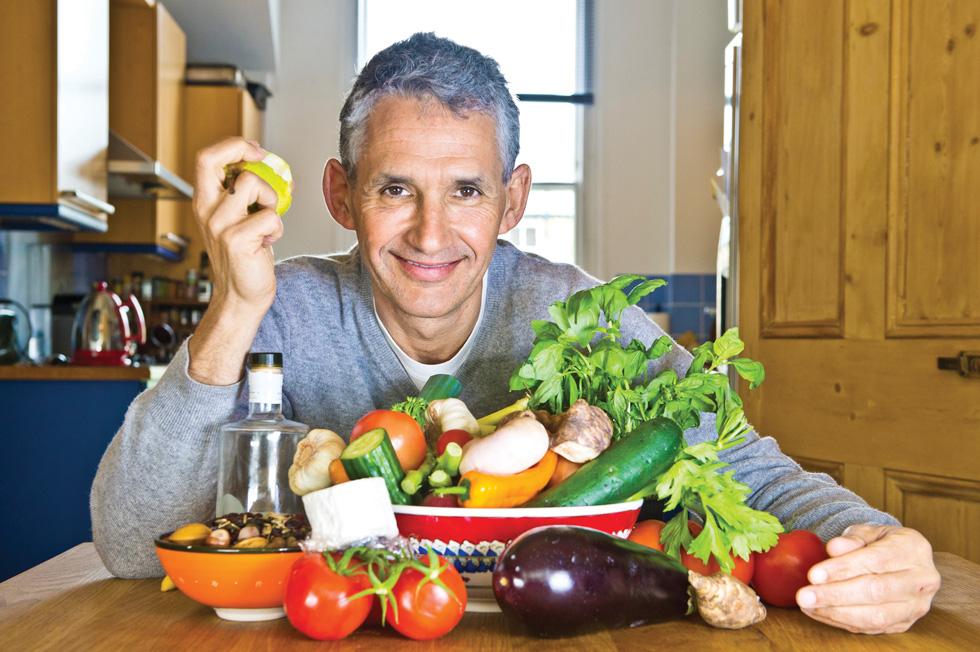 """פרופ' ספקטור: """"הטעות המרכזית שלנו היא חוסר גיוון. אני ממליץ למטופלים שלי לאכול בכל שבוע 30 סוגים שונים של ירקות ופירות"""""""