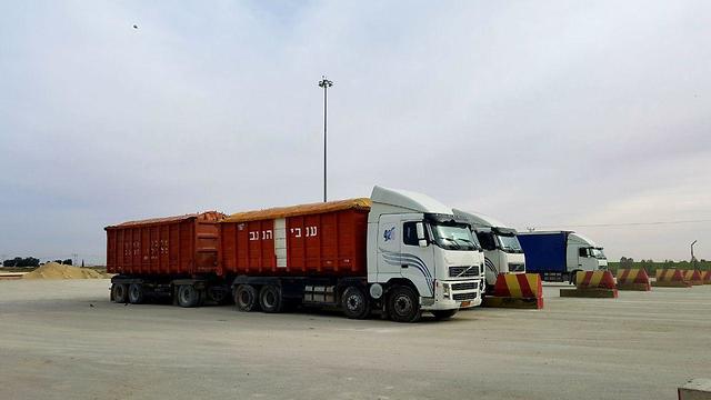 Fewer and fewer trucks carrying goods pass through the Kerem Shalom crossing (Photo: Roi Idan)