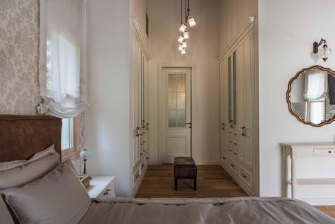 הסוויטה של בני הזוג. חדר הארונות מוביל לחדר הרחצה הצמוד  (צילום: גלעד רדט)