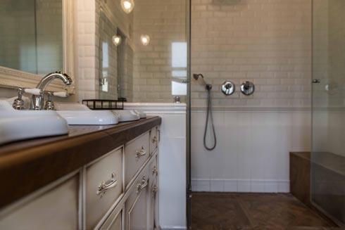 בחדר הרחצה מקלחת זוגית עם שני ספסלים  (צילום: גלעד רדט)