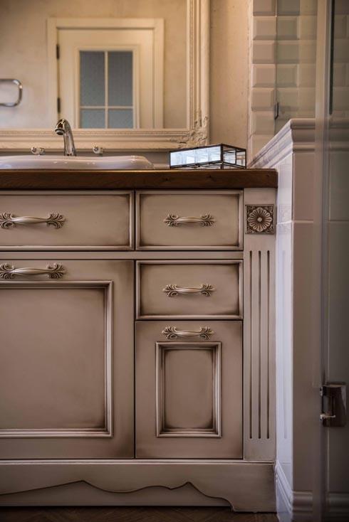 עיבוד פטינה מעניק לארון הכיורים מראה ישן  (צילום: גלעד רדט)