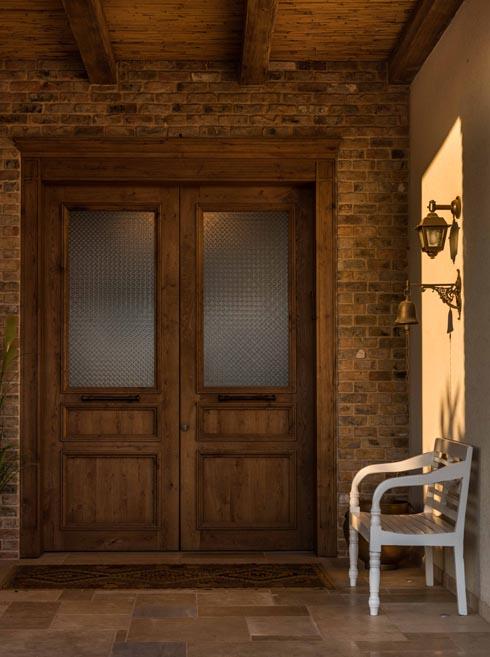 דלת הכניסה והמבואה הרחבה (צילום: גלעד רדט)