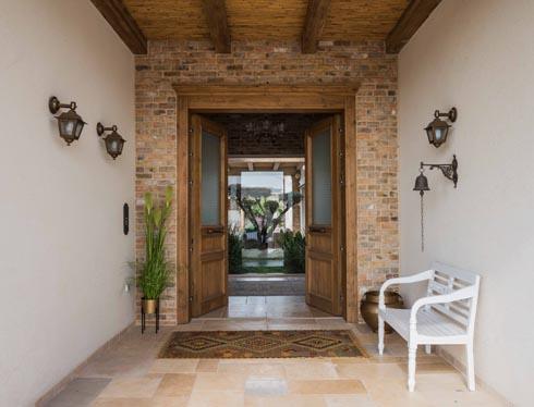 הדלת נפתחת אל פטיו פנימי ירוק ומרשים  (צילום: גלעד רדט)