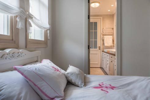 לשניים מחדרי הבנות יש חדר רחצה משותף  (צילום: גלעד רדט)
