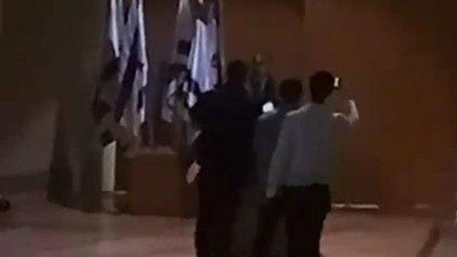 אנשי משמר הכנסת מחשיכים את האולם ()