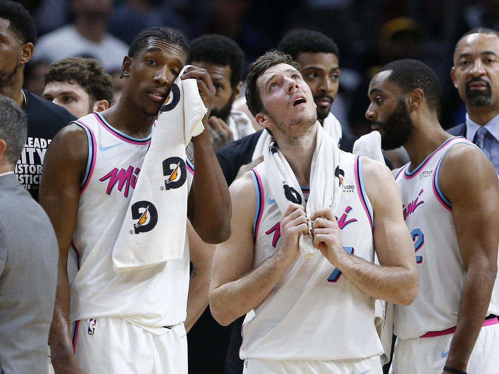 ריצ'רדסון ודראגיץ' מסתכלים על לוח התוצאות ולא מאמינים (צילום: AP) (צילום: AP)